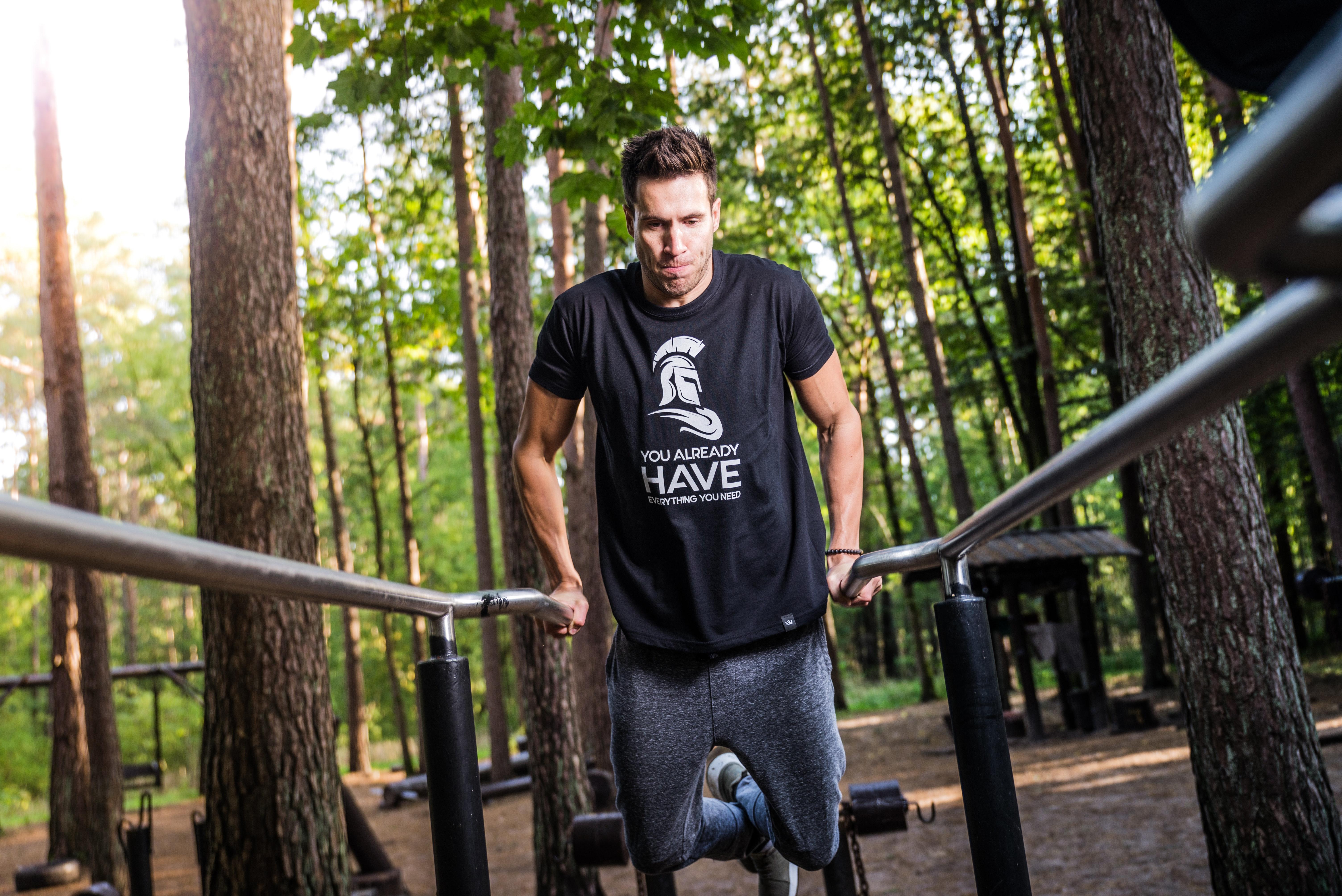 Man som tränar utomhus